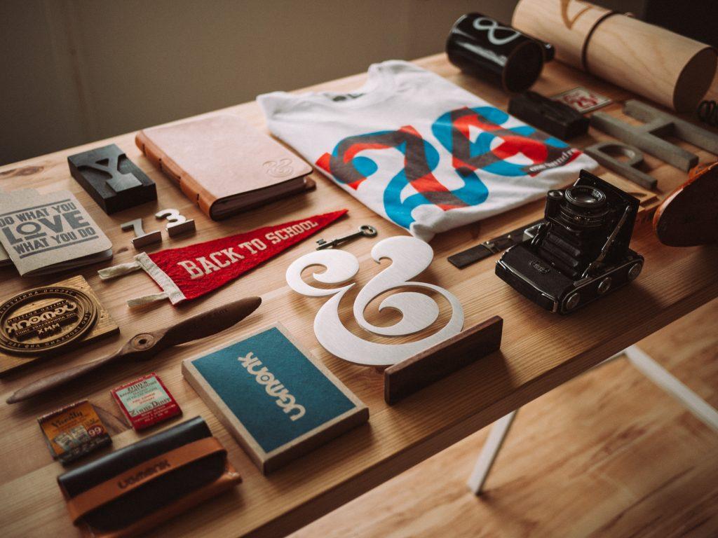mesa de trabajo con sellos de goma